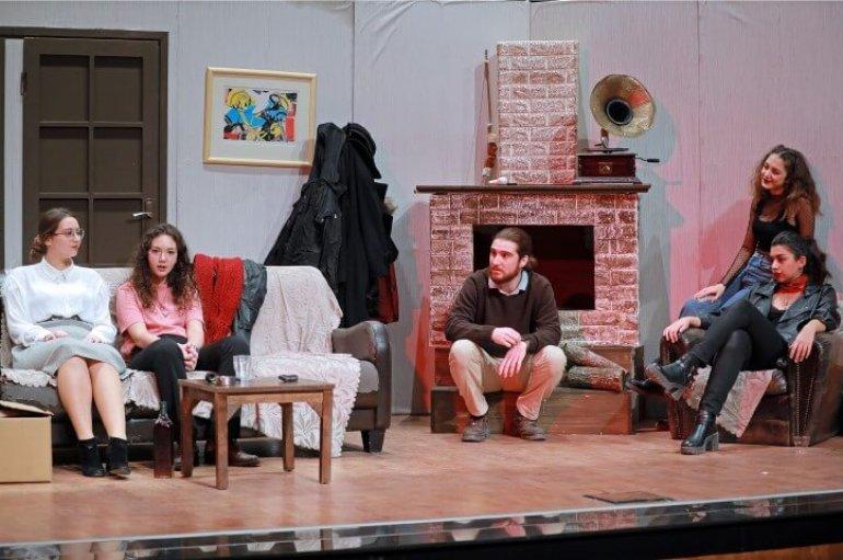 (Turkish) Genç Tiyatrocular 'Dünyalı' İle Alkışları Topladı